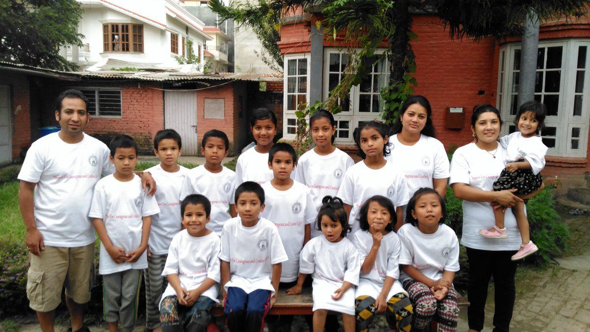 Barna på Sharadas Shelter i 2016
