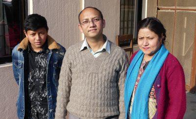 Pastor Joshua, som leder bibelskolen, med kone og sønn
