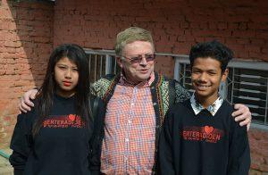 Ragnar med ungdom fra kirken i Kathmandu